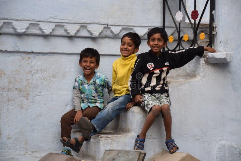 微笑对照相机的三个愉快的印地安孩子在乌代浦,拉贾斯坦,印度 图库摄影