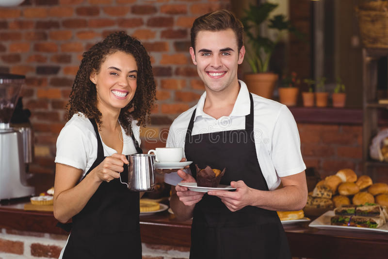 微笑对照相机的侍者和女服务员 免版税库存照片