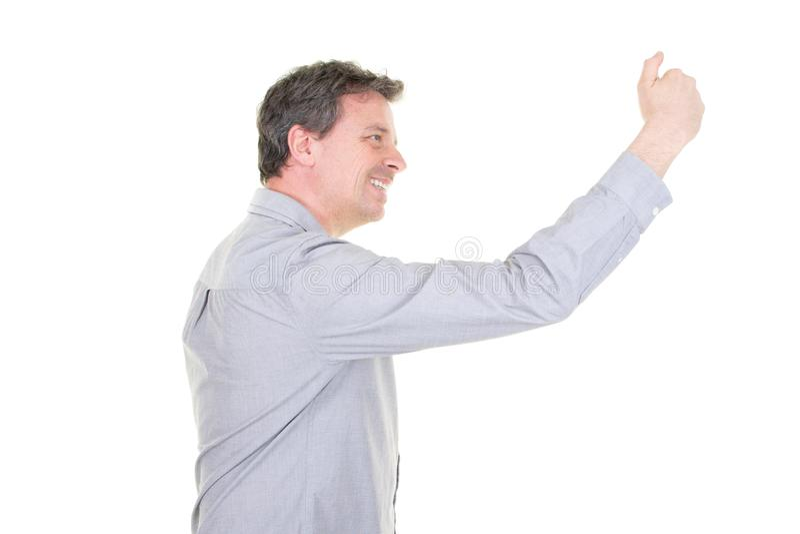 微笑对照相机的凉快的微笑的帅哥,当采取在白色背景的一selfie在演播室时 免版税库存照片