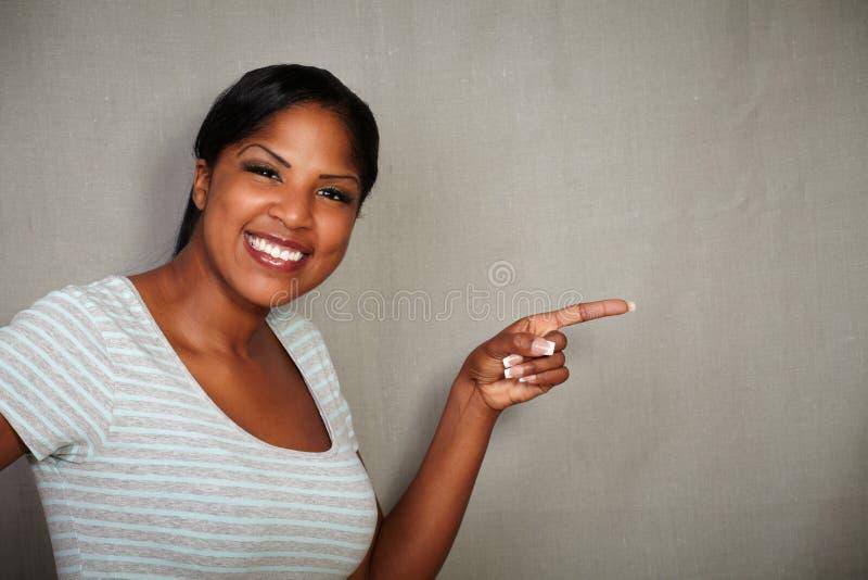 微笑对照相机的吸引人女孩 免版税库存图片
