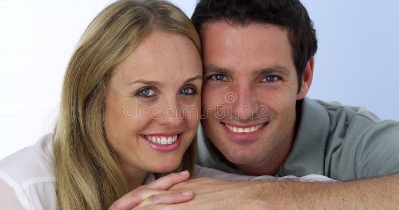 微笑对照相机的夫妇特写镜头  图库摄影