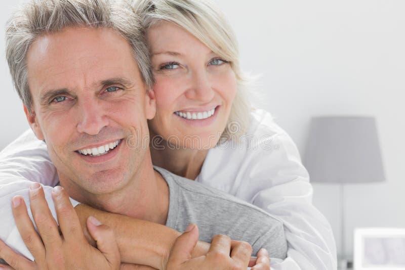 微笑对照相机的富感情的夫妇 图库摄影