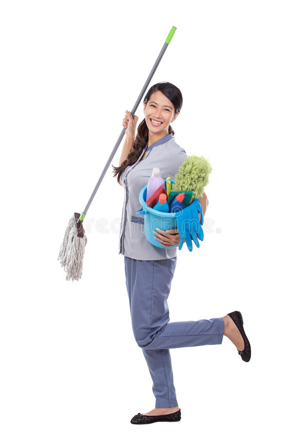 微笑对照相机的激动的清洁佣人妇女 免版税图库摄影