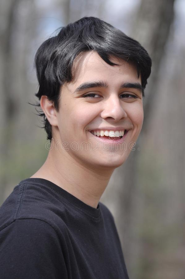 微笑对照相机的甜和英俊的高中男孩 库存照片