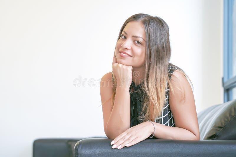 微笑对照相机的美丽的成熟妇女显示一种积极态度 库存图片
