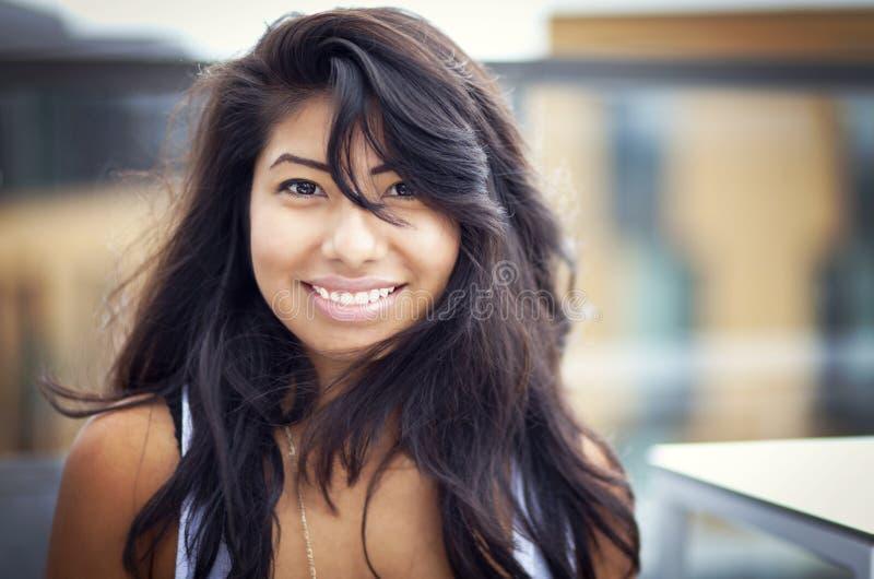 微笑对照相机的美丽的西班牙妇女 库存图片