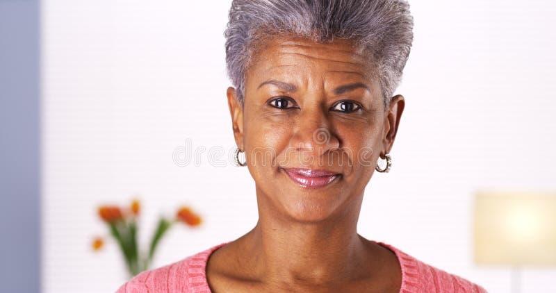 微笑对照相机的资深非洲妇女 库存图片