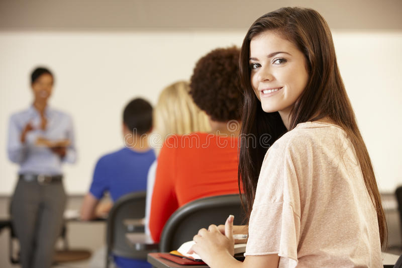 微笑对照相机的类的十几岁的女孩 免版税图库摄影