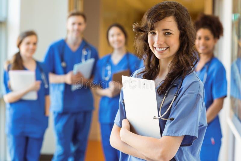 微笑对照相机的医科学生 免版税库存图片