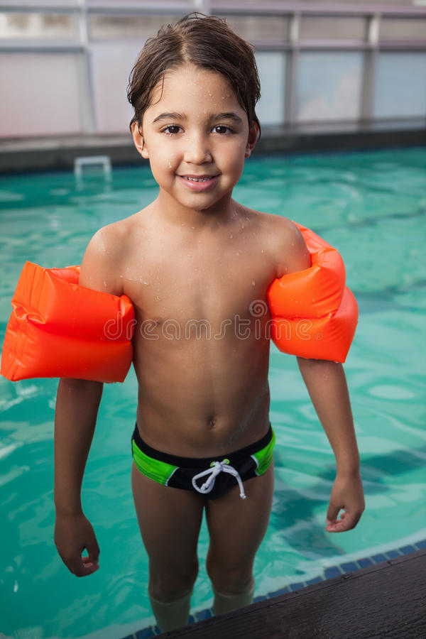 微笑对水池的小男孩 库存照片