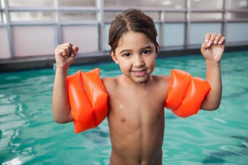 微笑对水池的小男孩 免版税库存图片