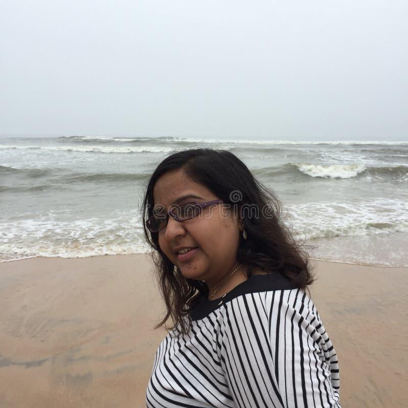 微笑对Kunoor海滩的年轻印地安妇女 免版税图库摄影