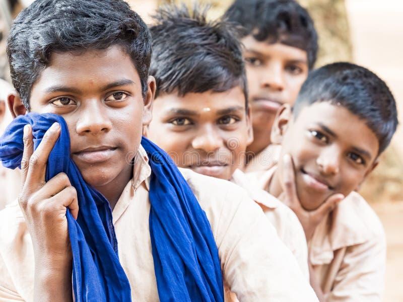 微笑小组愉快的滑稽的儿童朋友男孩的同学嘲笑学校 享受友谊的多种族学校孩子 免版税库存图片