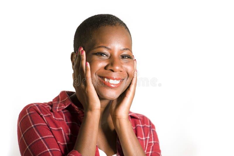 微笑年轻可爱和自然凉快的黑人美国黑人的妇女生活方式嬉戏的画象偶然衬衣的打手势positi 库存图片