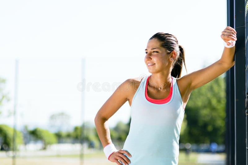 微笑年轻和美丽的运动的妇女户外 免版税库存图片