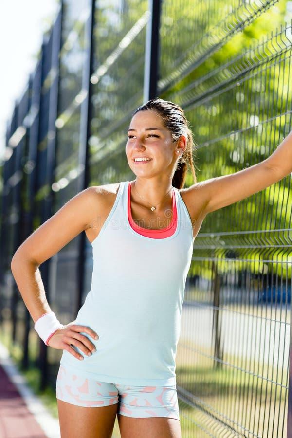 微笑年轻和美丽的运动的妇女户外 库存照片