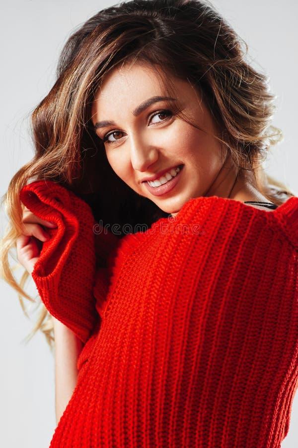 微笑年轻美丽的白种人的妇女画象红色T恤杉的cheerfuly看照相机 库存图片