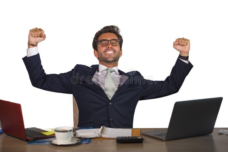 微笑年轻英俊和可爱的愉快的商人办公室公司画象快乐和满意的享用的企业succ 库存照片