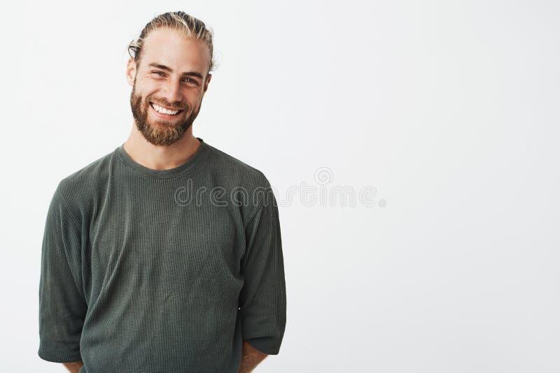 微笑快乐的英俊的有胡子的人画象有时兴的发型的,摆在为著名的lookbook射击 免版税库存照片