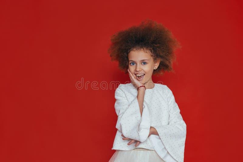 微笑愉快的女孩特写画象有卷发的看照相机 库存照片