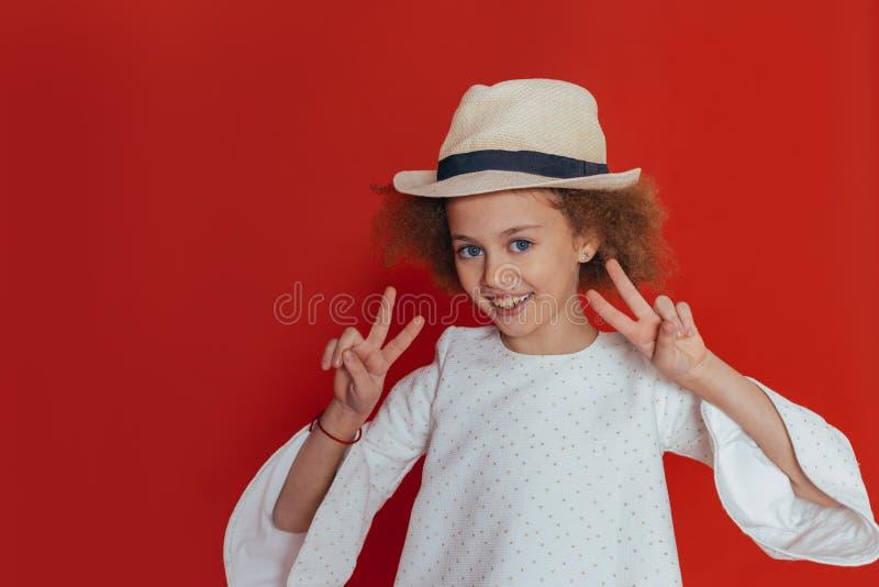 微笑愉快的女孩特写画象有卷发的看照相机 库存图片