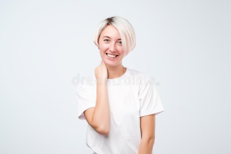 微笑愉快的情感的十几岁的女孩特写有突然移动理发的,显示完善的白色牙,当获得乐趣时 免版税库存图片