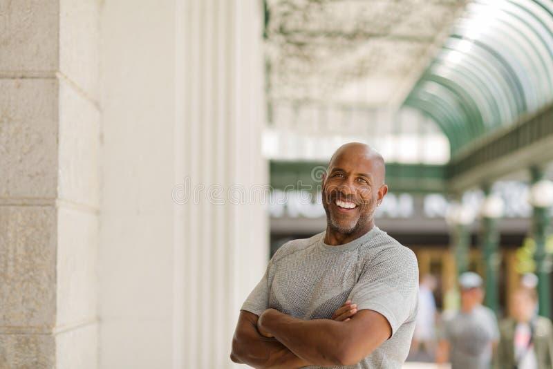 微笑愉快的成熟非裔美国人的人外面 免版税图库摄影