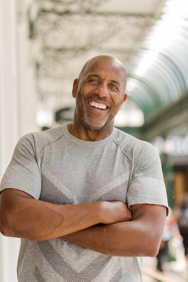 微笑愉快的成熟非裔美国人的人外面 库存照片
