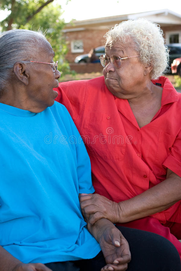 微笑愉快的成熟非裔美国人的姐妹笑和 免版税图库摄影