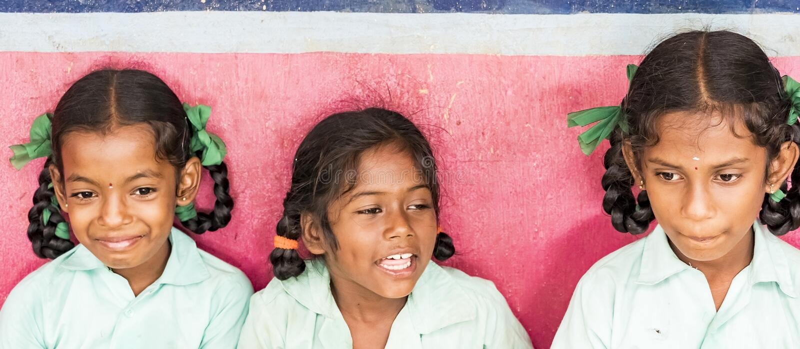 微笑愉快的滑稽的儿童朋友女孩的同学嘲笑学校 横幅,全景大小 图库摄影