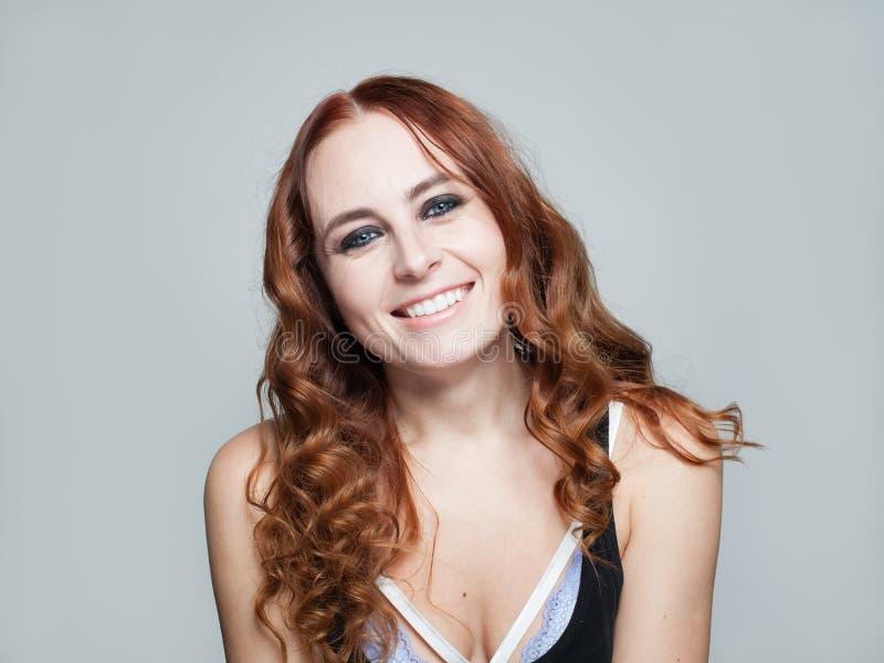 微笑愉快的红头发人的妇女,特写镜头画象 免版税库存图片