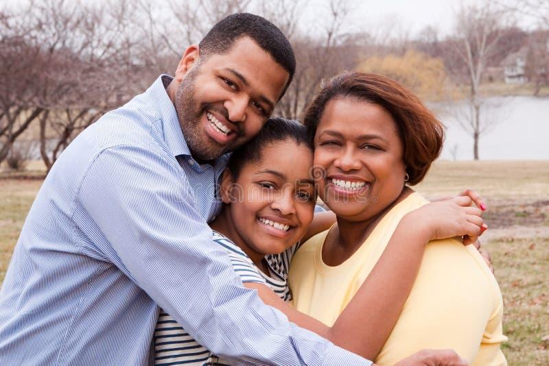 微笑愉快的非裔美国人的家庭外面 免版税库存照片