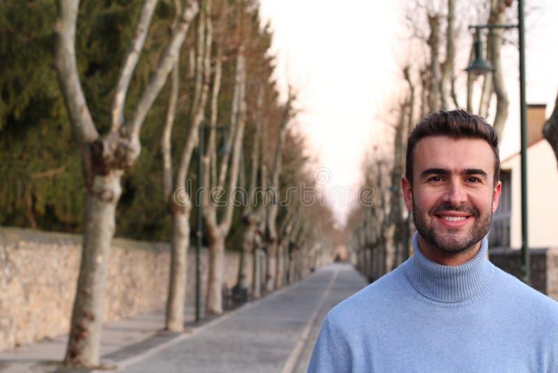 微笑户外在冬天的英俊的人 免版税库存照片