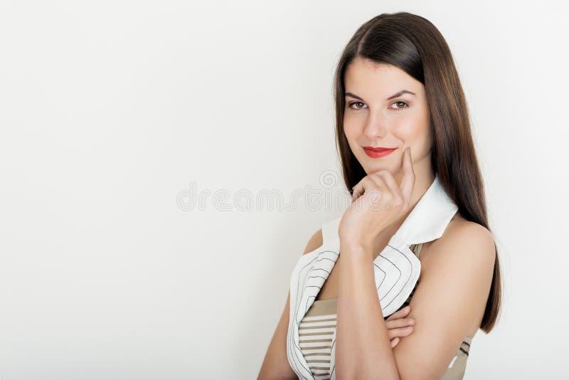 微笑正面的女商人,画象的腰部 免版税图库摄影