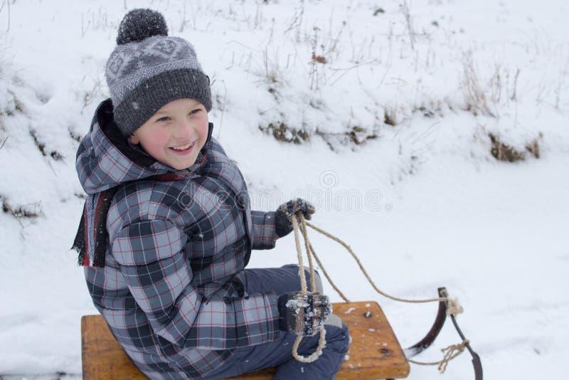 微笑爬犁的男孩 免版税库存照片