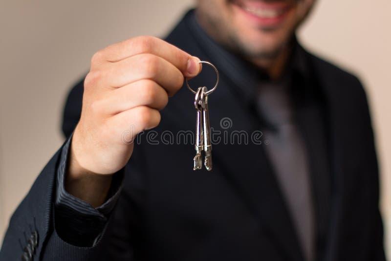 微笑男性的房地产开发商,当移交钥匙时 库存图片