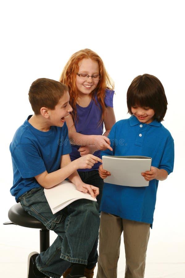 微笑的不同孩子读 库存图片