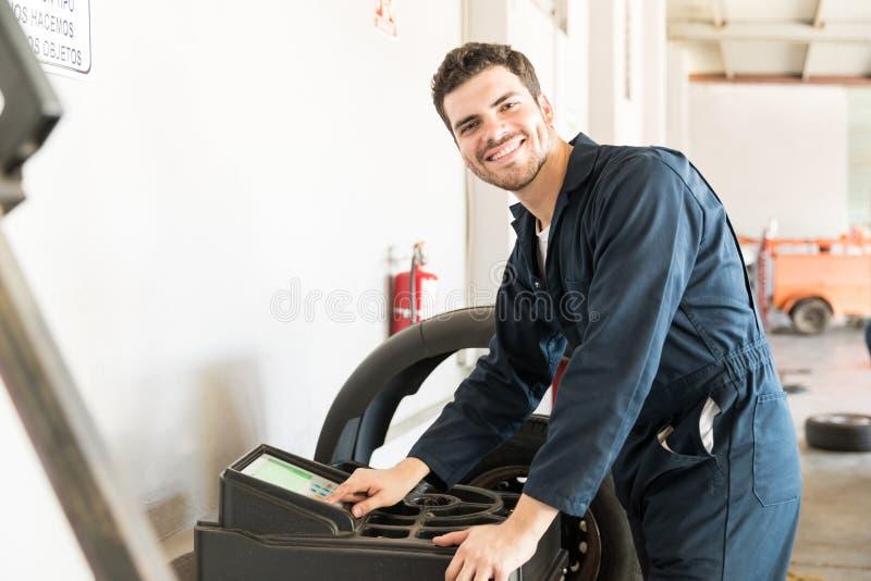 微笑的专家平衡的车轮车库 免版税库存图片