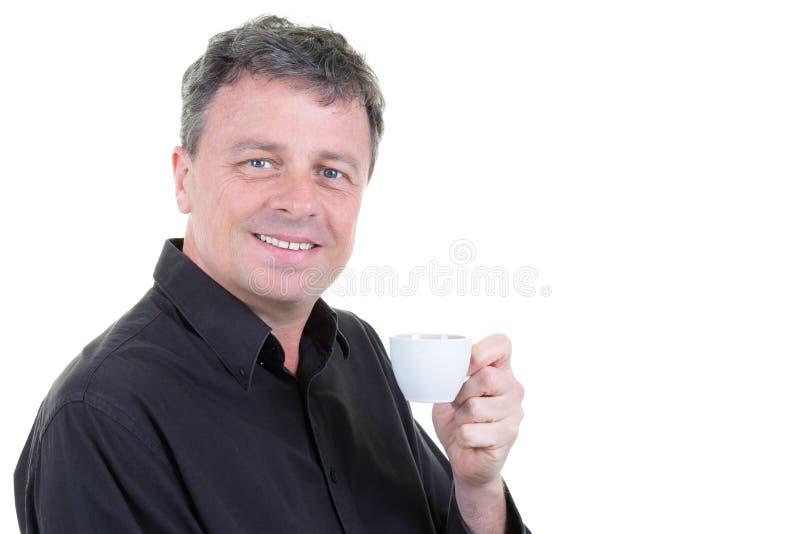 微笑的中部变老了拿着咖啡杯的蓝眼睛人 库存照片