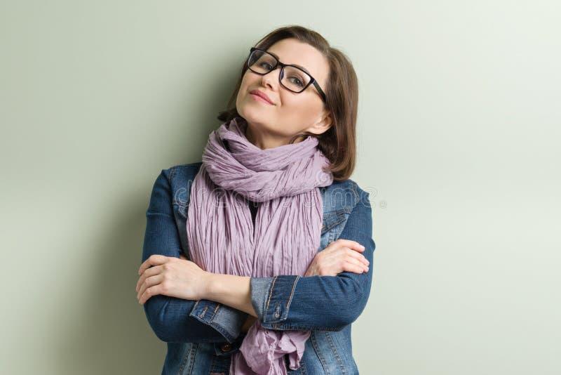 微笑的中部年迈的确信的妇女画象  免版税库存图片
