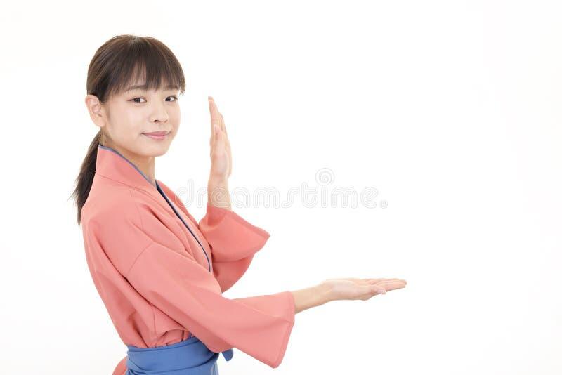 微笑的亚裔女服务员 免版税库存图片