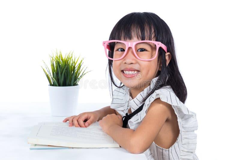 微笑的亚洲中国小事务所夫人阅读书 免版税库存图片