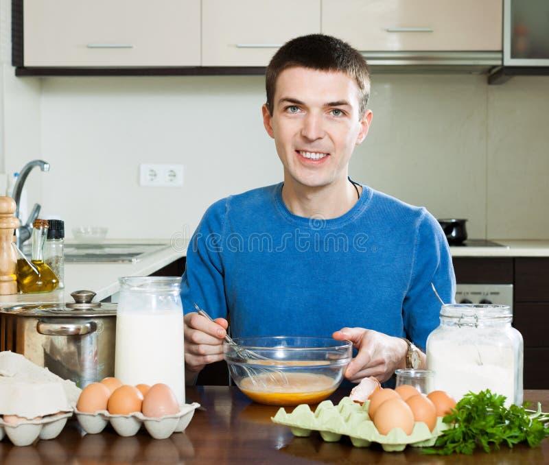 微笑的人在厨房里 免版税库存照片