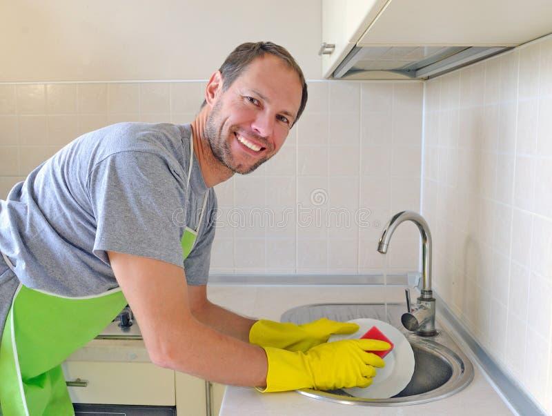 微笑的人洗涤的盘 图库摄影
