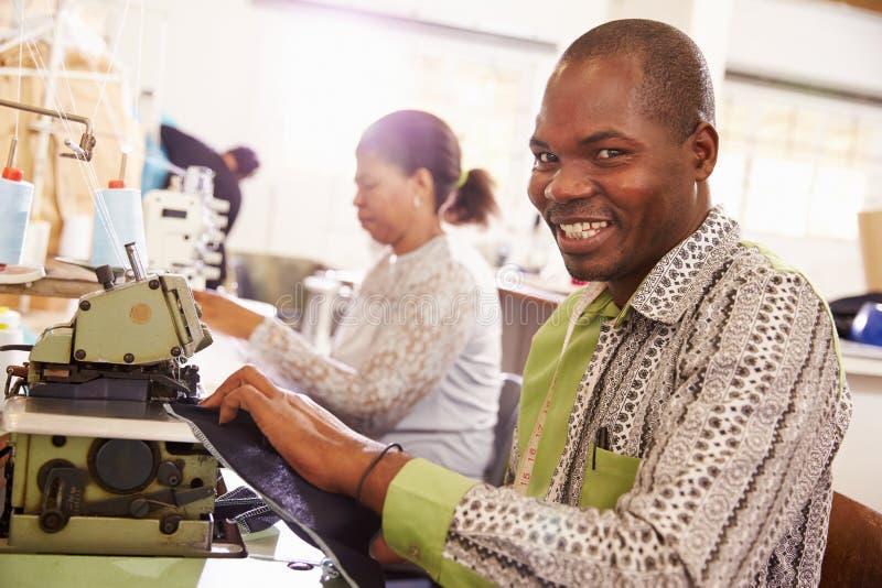 微笑的人缝合在社区车间的,南非 库存图片