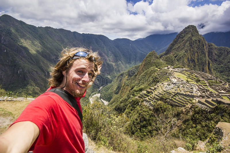 微笑的人自画象在machu-picchu附近的在秘鲁 免版税库存照片