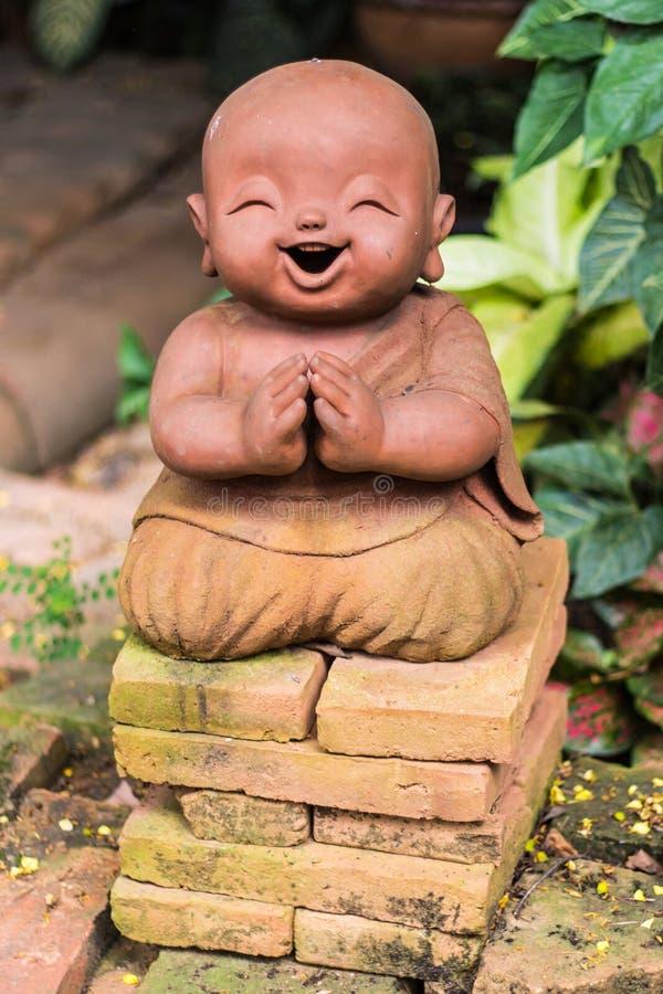 微笑的佛教新手由黏土,泰国样式制成 库存图片