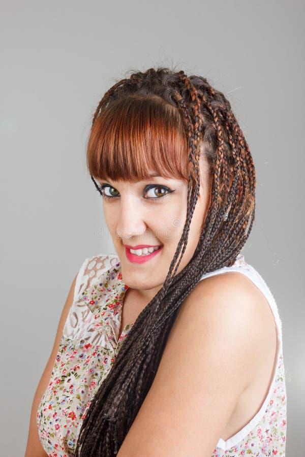 微笑的俏丽的女孩或妇女有延长的辫子头发的 免版税库存图片