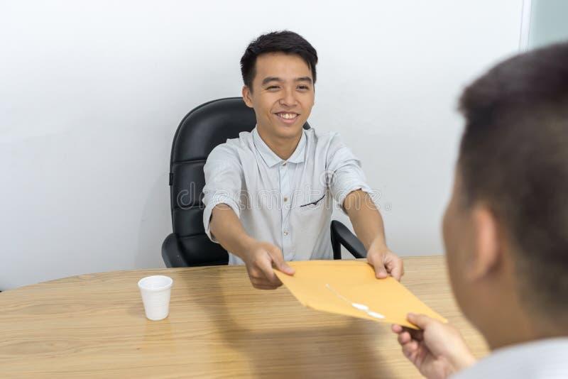 微笑的候选人给CV面试的经理 图库摄影