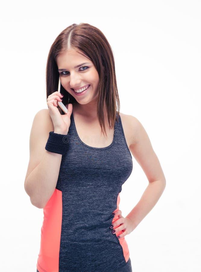 微笑的健身逗人喜爱的妇女谈话在电话 免版税库存照片